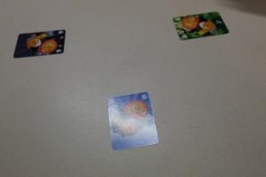 Deuxième partie, histoire de revoir ce système de jeu qui nous a bien plu et s'essayer à d'autres manières de jouer, particulièrement les cartes spéciales 1, 2 et 3. Au premier tour, on peut voir que nous jouons tous les trois une carte de valeur 6, ce qui est plutôt assez logique quand on sait que la carte de valeur 2 détruit le cartes de valeur 7 ou plus jouées (on n'a pas envie de prendre trop de risque quand même)...