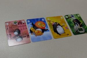 Petite vue de mes familles de manchots après trois tours. Trois tours alors que j'ai joué 4 cartes ? Ben oui, c'est justement l'effet de la carte 1 qui permet de jouer deux cartes au lieu d'une le tour suivant (ce que j'ai fait plus tôt). La carte de valeur 2 (non visible ici) détruit les cartes de valeur 7, 8 et 9 jouées le même tour. La carte de valeur 3 permet, au tour suivant, de ne pas poser une carte face cachée mais d'attendre la révélation des cartes des autres joueurs pour choisir la sienne (parfait pour jouer des 7, 8 ou 9). Des effets sympas...