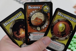 Mais avant d'entrer dans le vif du sujet, choisissons chacun une carte de Bonus parmi nos 3 cartes piochées (en fait, moi, je n'ai pas le choix puisque j'en ai qu'une !). Ma carte va m'inciter à tenter de m'implanter dans chaque zone du sud de Mars pour empocher 8 PV.