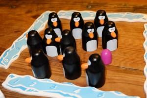 Le principe du jeu est exactement celui du Memory : à son tour on soulève deux pingouins et, si les deux contiennent la même couleur de pions, on en place un des deux devant soi. Eventuellement, on peut choisir de soulever un des pingouins déjà empochés par l'adversaire, non pas pour le lui prendre, mais pour valider sa paire de deux et, donc, rejouer.