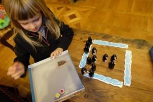 Leila, qui a déjà empoché 3 pingouins contre 2 à votre serviteur, vient d'obtenir un jaune et un violet aux dés : elle doit donc trouver cette paire-là.