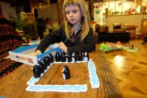 Et voilà comment on se fait avoir par sa propre fille : elle a récupéré 6 pingouins et remporte donc cette première partie. Allez, revanche...