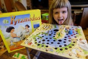 Jouer à un jeu mythique des ses grand frère et grande sœur, voilà qui plaît à Leila...