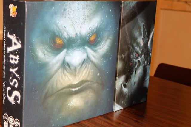 Abyss possède pas moins de cinq couvertures différentes, sans aucun texte en une : quel magnifique pari de l'éditeur Bombyx ! Magnifique... A droite vous apercevez la couv' de l'extension Kraken que nous allons ajouter au jeu de base ce soir.