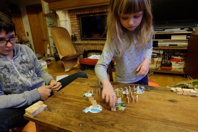 La pose de dominos est extrêmement périlleuse pour les plus jeunes qui ont tendance à ne pas avoir le geste précis. Leila, par exemple, nous a fait chuter une série de dominos qu'il a fallu redresser rapidement, pendant que le sablier s'écoulait... Non, franchement, ce n'est pas du tout facile.