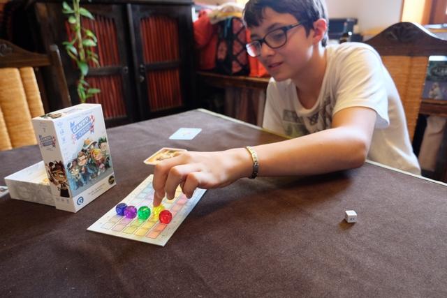 Tristan fait avancer le cube jaune. Est-ce pour autant sa couleur ? Probablement que non, sinon cela se devinerait... Et puis, pour être franc, c'est justement ma couleur !!!