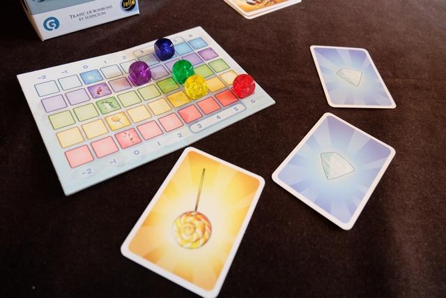 Je révèle enfin ma carte jaune et je gagne puisque Tristan est éliminé. Quelle belle partie, de bluff quasi-pur, avec un matériel on ne peut plus minimaliste...