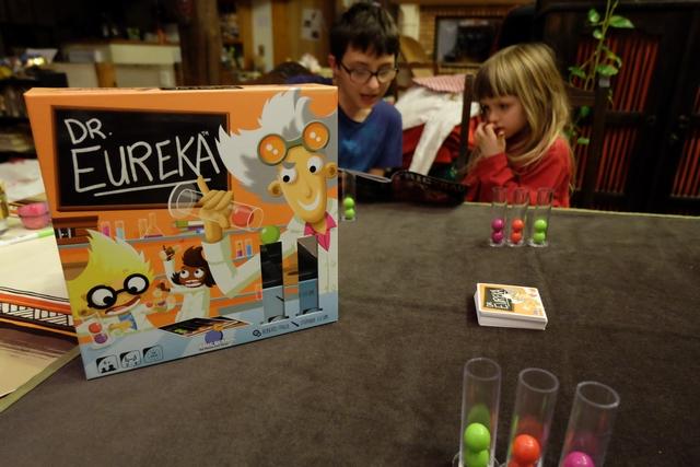 Dr. Eureka est l'un des jeux qui a fait le plus de buzz lors du salon des jeux de Cannes cette année. Leila va pouvoir le découvrir en compagnie de ses frère et sœur et de son père. Mais qu'est-ce que dextérité fine n'est pas la même à 5 ans et 1/2...