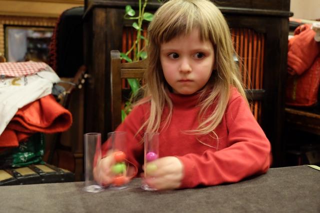 La partie avec ce système de défi est clairement la plus agréable du soir : le stress gagne Leila qui surveille sa sœur, ou son frère en fonction des tours, et elle a pratiquement les mêmes chances qu'eux. A condition, bien sûr, de ne pas laisser échapper de billes...