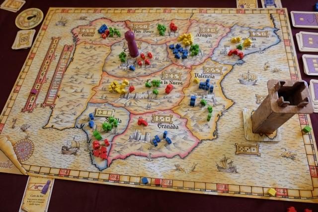 Fin du 8ème tour, où je me fais encore avoir alors que je ne m'y attendais pas : j'avais placé le roi en Galicia, afin d''y être premier, Stéphanie deuxième, mais celle-ci profite de sa carte 1 jouée pour, en tout dernier, le décaler d'une région, sur une région où c'est Damien qui est premier ! Je couine !!! Sans parler du fait que, avec sa carte 1 jouée elle va pouvoir commencer à jouer une carte pouvoir au dernier tour, le 13 tant qu'à faire ! Tout va mal, je vous dis...