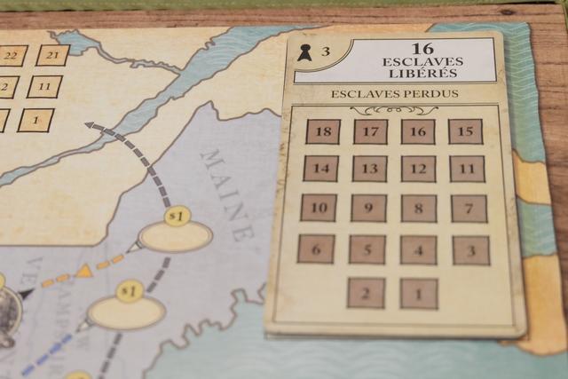 """A trois joueurs, la plaque de conditions de victoire, côté """"facile"""", indique qu'il faut avoir sauvé 16 esclaves tout en en ayant perdu pas plus de 18. Nous n'avons aucune idée, pour le moment, de la difficulté de la chose, mais, en toute certitude par contre, il nous semble nettement plus ardu de s'adjuger aussi les 12 jetons de soutiens (coûtant 10$ chacun) avant la fin du 8ème tour : deuxième condition impérative pour prétendre l'emporter !"""