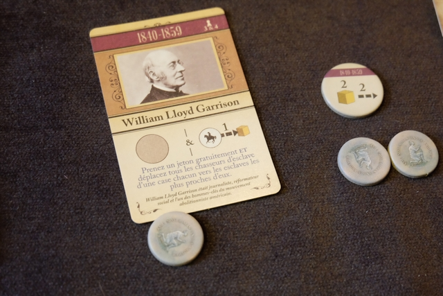 Une autre jolie carte du jeu : William Lloyd Garrison, lequel me permet de prendre un jeton gratuitement (un Soutien, tant qu'à faire), tout en provoquant un effet de déplacement de groupe des chasseurs d'esclaves. Bien préparé, cet effet nous est bénéfique, puisque l'on peut s'en servir pour attirer les chasseurs du côté opposé où nous voulons vraiment jouer...