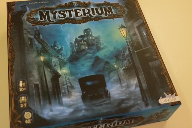 La magnifique boîte de Mysterium, sombre à souhait, nous met directement dans l'ambiance : prêts pour la séance de spiritisme visant à aider le fantôme à identifier le coupable de son meurtre, l'empêchant de reposer en paix ?