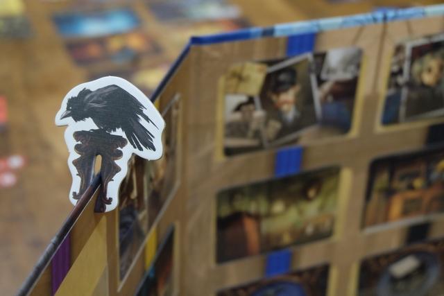 En niveau facile, le fantôme a le droit de défausser, une fois par tour, tout ou partie de sa main de 7 cartes de vision, en indiquant cela par la pose d'un corbeau accroché au paravent. Ce n'est franchement pas du luxe, car, parfois, on a aucune carte qui paraisse, même de loin, convenir pour l'un ou l'autre des joueurs...