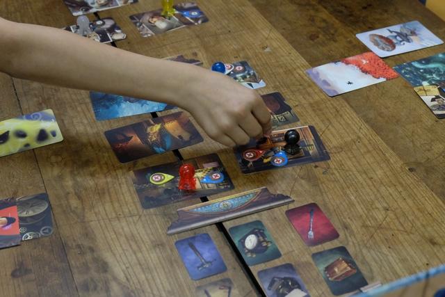 Dès que les cartes de vision sont remises aux joueurs, il peuvent commencer à blablater jusqu'à ce que je retourne le sablier et qu'ils n'aient plus que deux minutes. Entre temps, ils peuvent argumenter, discuter, déplacer leurs pions et secteurs de clairvoyance, à loisir. Cette phase doit être la plus intéressante côté joueurs, clairement. A noter que les cartes de vision reçues sont conservées par les joueurs tant qu'ils n'ont pas trouvé l'élément actuel qui les concerne, ce qui les aide à compléter leurs recherches...