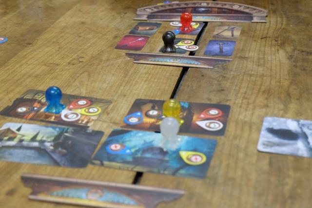 A cet instant du jeu, deux joueurs (Alendar et Yannick) sont en recherche de l'objet ayant été utilisé, alors que les trois autres en sont à trouver le lieu. Ils sont presque tous au bout et, franchement, par élimination (carte identifiée par une autre, carte déjà choisie mais rejetée par le fantôme), tout le monde devrait y arriver avant la fin des 7 tours.