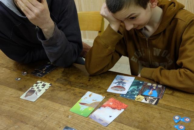 Alors qu'il a 4 cartes de vision devant lui, Samuel ne parvient pas à identifier quel élément le concerne. Il faut dire qu'avec le foisonnement d'informations sur les cartes, cela me paraît hyper difficile...