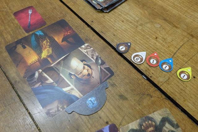 Le cuisinier, dans un lieu éclairé par des bougies, m'avait tué avec une fourchette ! Et oui, les trois cartes de vision convenaient parfaitement, non ? Tous les joueurs ont trouvé ! Enfin, presque, car Axel a placé le secteur n°6, pourtant pas en jeu, dans son étui, à la place du n°1 qu'il avait clairement choisi !