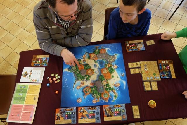 Comme dans beaucoup de jeux coopératifs, l'effet leader n'est pas absent de Sol. Pour les bleus, c'est Fabrice qui tient ce rôle, souvent contesté par Hugo qui a l'impression que personne ne l'écoute ! Forcément, l'équipe orange, on appuie bien dessus... ;-)