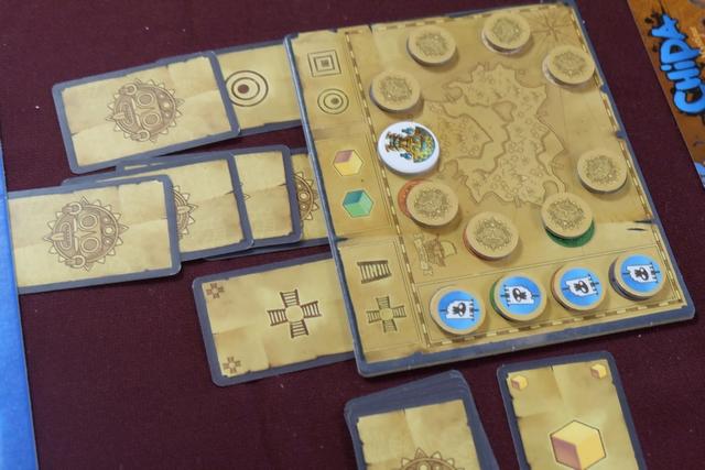 Voilà, Tristan et moi avons pris le dernier jeton indice doré et nous venons de placer la fatidique 7ème carte dans les colonnes (la couleur). Que va-t-il advenir ?