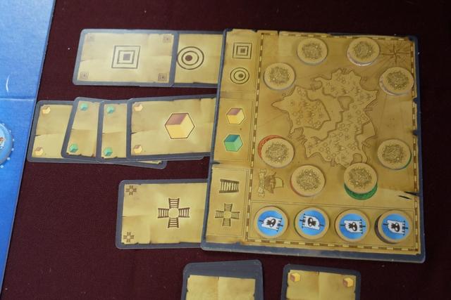 L'amulette va donc être placée sur le temple carré de couleur or et comportant 4 escaliers. Nous avons quand même eu la main-mise sur cette localisation : l'équipe bleue n'a jamais réussi à nous prendre le médaillon qui leur aurait permis de repiocher des cartes. Et nous avons placé trois pontons sur les quatre. Mais va-t-on gagner pour autant ?