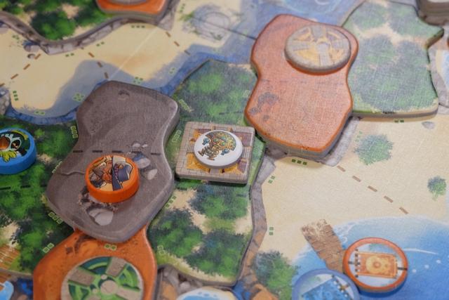 Voici donc la fameuse amulette placée... Malheureusement nous jouons hyper mal de coup Tristan et moi, puisque nous n'avons plus assez d'action pour venir la récupérer !!!