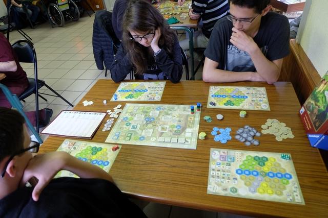 Nous jouons à ce jeu feldien à quatre : Tristan avec les dés rouges, Maitena avec les bleus, Joris avec les noirs et moi-même avec les... verts !