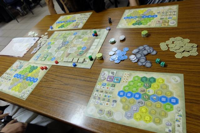 Voici la situation en fin de première manche (sur les cinq que comporte la partie). J'ai mise sur la mine d'argent, tout comme Joris, et les châteaux tout comme lui. Copieur !!! ;-)