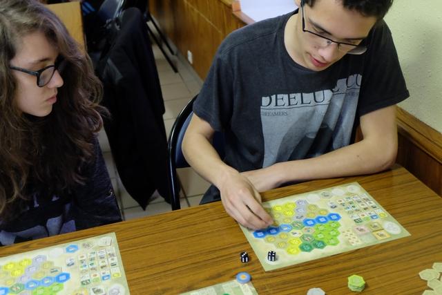 """En pleine découverte des jeux dits """"modernes"""", Joris se débrouille franchement bien ! Il faut dire qu'il s'inspire de mes tours de jeu... ;-) Heureusement qu'il ne copie pas sa voisine !!! :-) :-) :-)"""