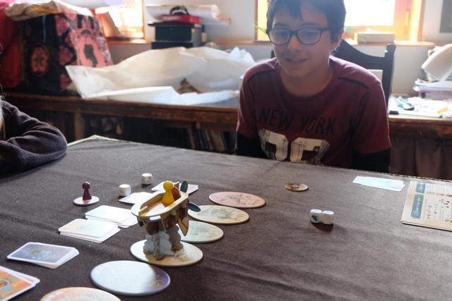 Tristan est plutôt malin sur ce jeu, réussissant ci-dessus à voyager tout seul, après nous avoir fait croire qu'il ne pouvait pas contrer les avaries des dés...