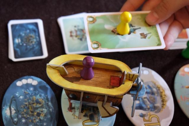 Le bateau va s'écraser mais Tristan, lui, fanfaronne, utilisant un Jetpack pour descendre, tranquille, sur la cité actuelle avant l'écrasement !