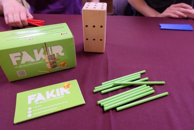 Ah le voici enfin sur la table cet OLNI (Objet Ludique Non Identifié) ! Pensez : un parallélépipède rectangle percé de très nombreux trous de part en part ! Assorti de quatre séries de baguettes de bois, évidemment destinées à le transpercer, ce jeu a tout pour intriguer les joueurs présents aujourd'hui. Nous y jouons donc à trois : Yannick avec les baguettes rouges, Axel avec les bleues et moi-même avec les vertes.
