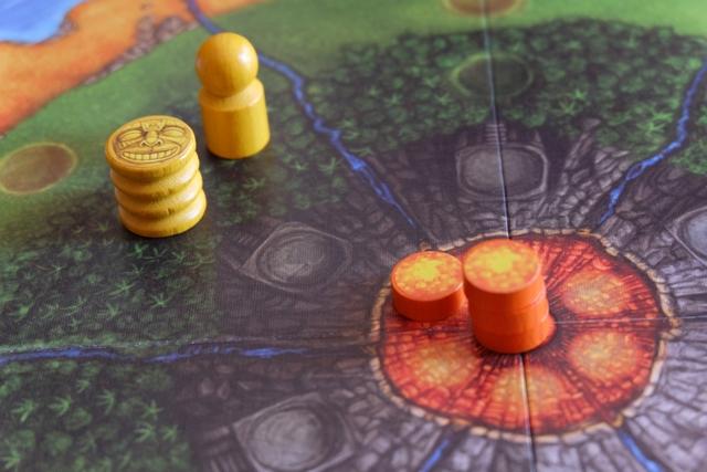 Qu'arriverait-il si nous étions en fin de manche ? Tout simplement le disque orange irait se placer sur la zone de montagne attenante, donc pas de dégât pour la statue de mon gone. Pour l'instant, tout va bien... mais il faut piocher une nouvelle carte pour remplacer celle du pourtour...
