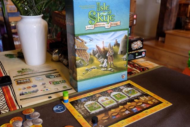 La boîte de jeu nous plonge directement dans l'ambiance de l'Ecosse et de sa grande île de Skye : cornemuse, kilt, étendard, relief, ...