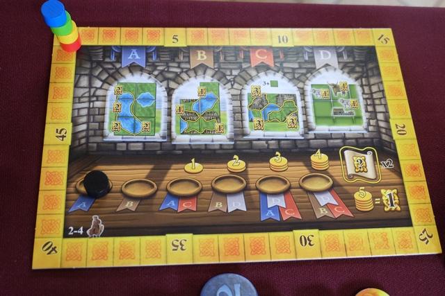 Les quatre joueurs qui vont en découdre aujourd'hui sont Tristan avec le pion jaune, Yannick avec le rouge, Axel avec le bleu et moi-même avec le vert. On joue donc à 4, ce qui change de notre partie précédente jouée à 3, et on a tiré les tuiles de décomptes au hasard, ce dernier s'amusant à nous en sortir pas moins de 3 basées sur les zones fermées !!!