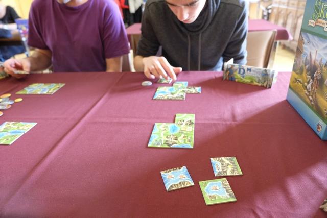 Isle of Skye est un jeu qui combine plusieurs aspects sympas : enchères, évidemment, mais aussi placement et gestion de son argent. Pas mal du tout... Ci-dessus, vous pouvez voir que l'on ne m'a acheté aucune de mes deux tuiles ce qui, avec le peu d'argent qui me restait, m'a permis d'en acquérir trois en tout !