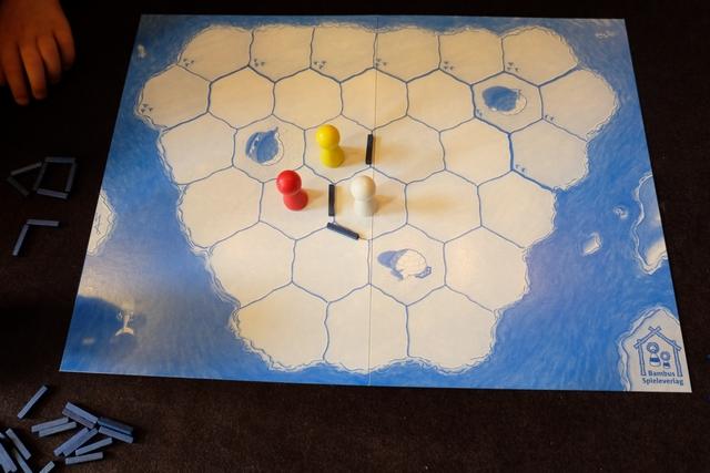 Après notre premier tour, voici à quoi ressemble la banquise. Lorsqu'on se déplace, d'une case, on doit placer une fissure qui part en étoile de la case d'arrivée. Si cela est impossible (tous les segments qui en partent sont occupés), on place la fissure sur un côté de l'hexagone de la case d'arrivée...