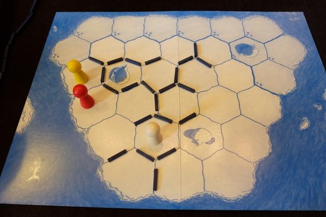 Tristan est très mal : il ne peut plus bouger et est éliminé ! En effet, on ne joue pas avec les cases marquées de trois points bleus.