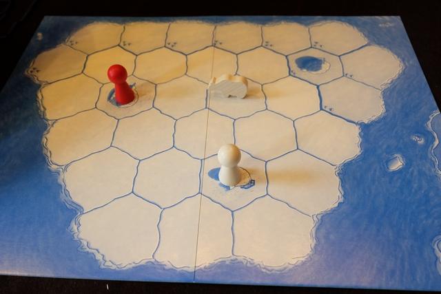 Pour notre deuxième partie, nous utilisons la règle de la chasse à l'ours, spécifique pour trois joueurs : Tristan joue l'ours, lequel doit réussir à enfermer un des deux chasseurs, tandis que Leila et moi jouons les chasseurs d'ours, qui gagnons si l'ours est enfermé. Tout simple. A noter que l'ours a un avantage notable : il a le droit de se déplacer de deux cases par tour s'il le souhaite (et la fissure n'intervient alors qu'après le deuxième).