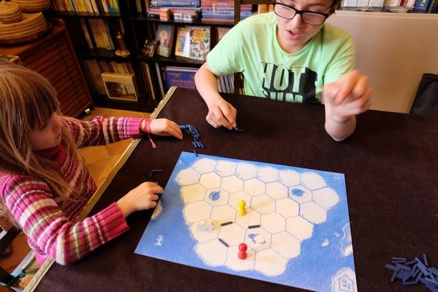 Tristan tente de donner des conseils à sa sœur sur la meilleure manière de coincer leur ours de père !