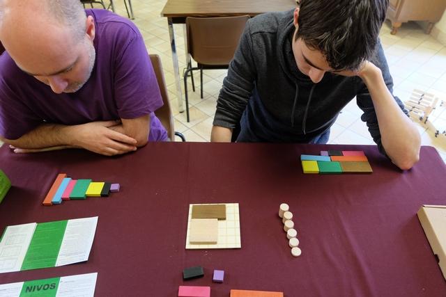 Le premier joueur, moi en l'occurrence, vient de placer le carré de côté 3 unités sur le plateau, suivi de Yannick avec son rectangle de taille 2 par 4. Au tour d'Axel...