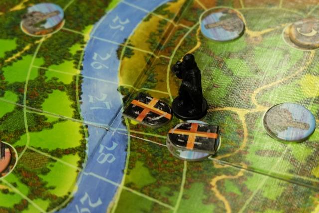 Pour avoir le droit de placer un chevalier, il faut soit jouer une carte avec le numéro de la zone, soit jouer un chevalier à côté d'un autre à soi préalablement placé pour peu qu'il n'y ait pas de chevalier adverse à côté. Petit exemple : j'ai joué une carte 27 pour placer un chevalier sur l'une des zones de terres de la zone 27, puis comme un château s'y trouvait, je l'ai annexé en plaçant un autre chevalier gratuitement. Comme j'ai deux chevaliers côte à côte, cela forme un duché, d'où le rajout d'un de mes ducs juste à côté du duché. Comprendo ?