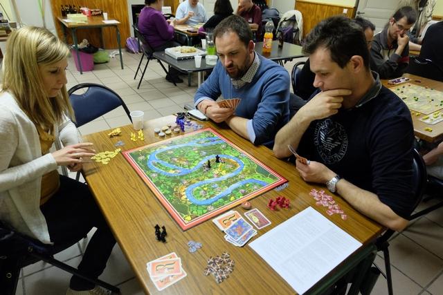 Cette partie se joue à 4 joueurs, avec Amélie qui posera les pions jaunes, Julien (le patron de la boutique Destination Terres de Jeux de Roanne) qui posera les bleus, Sébastien qui utilisera les éléments rouges et moi-même avec les noirs.