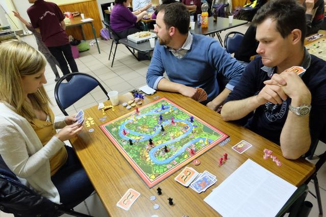 Ca se passe par là Julien ! Oh oh... Sur le plan du jeu, on arrive bientôt à la fin de la partie : dès qu'un joueur aura placé l'ensemble de ses chevalier (20 à 4 joueurs)...