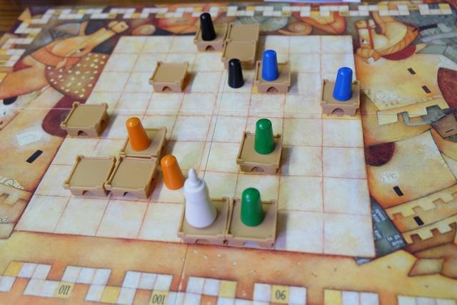 Fin de premier tour de jeu (le 1er sur les 4 qui constituent la première année du jeu). J'ai déjà rallié le château du roi, au niveau 1, quand même ! Sinon, on peut voir que tous les joueurs ont fait le choix de faire arriver un second chevalier...