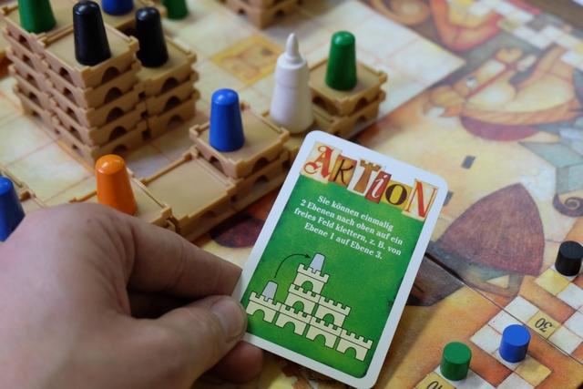 Ouf ! C'était juste ! Après avoir beaucoup pioché pour l'obtenir, la voici enfin : avec cette carte Aktion, j'ai pu faire monter mon chevalier en arrière plan de deux niveaux d'un coup et, du coup, rejoindre le niveau 2 dans le château du roi, pour un gain non négligeable à venir de 10 PV...