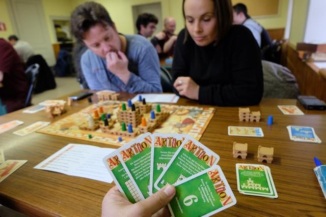 J'ai à présent toutes mes cartes en main pour l'ultime année, composée comme la seconde, de 3 tours... C'est Nadège qui est première joueuse et c'est encore Tristan qui a placé le roi dans le château de son choix...