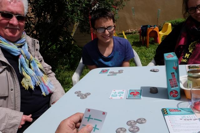 A son tour, unique (on n'en a qu'un seul par manche !),le joueur actif a deux choix : soit il pioche une carte et choisit celle qu'il garde (entre la sienne et celle piochée), soit il remplace la carte mise à côté de la pioche par la première de la pile. Dès que tous les joueurs ont fait leur action, les joueurs qui veulent participer à la manche doivent miser un jeton. On révèle ensuite sa carte et celui qui a la plus forte remporte le pot (un jeton de chaque joueur + un rajouté du stock). Enfin, presque... En effet, et c'est là tout le sel du jeu, celui qui a la plus faible carte ajoute celle d'à-côté de la pioche à son total ! Et ça change tout...
