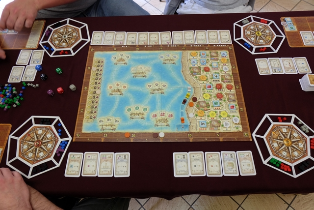 Nous voici à mi-partie, après notre 6ème tour. Les bateaux ont bien peu progressé, il ne reste plus que 11 marchandises dans les quartiers (en plus des bonus) et plusieurs joueurs ont déjà pris des -1 à cause du nombre de cartes excédant 6 sur le plateau individuel. Voici en gros la physionomie de la partie...