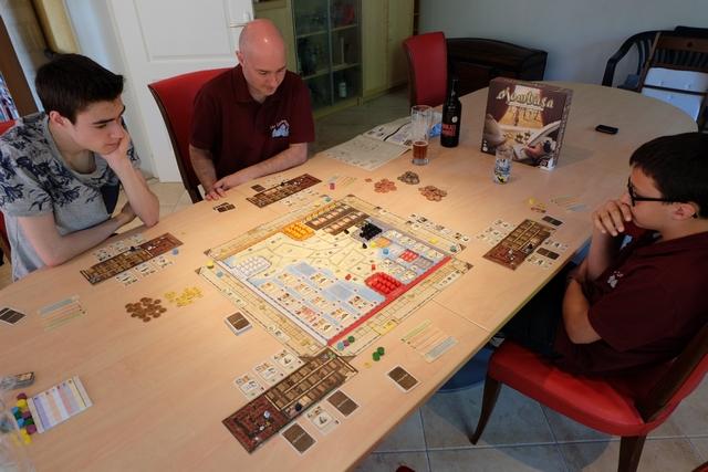 La partie se déroule à 4, avec Axel qui utilise les pions bleus, Yannick les violets, Tristan les jaunes et moi-même les verts. La table, bien spacieuse, est idéale pour pratiquer un jeu d'une telle envergure. On est vraiment noyé sous les possibilités au départ...